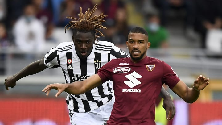Moise kean l of juventus fc is challenged by gleis